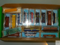 N GAUGE - GROUP OF AMERICAN OUTLINE FREIGHT CARS - ATLAS, RIVAROSSI etc - G/VG in G boxes - 16