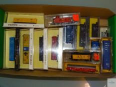 N GAUGE - GROUP OF AMERICAN OUTLINE FREIGHT CARS - BACHMANN and others - G/VG in G boxes - 14