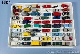 Konv. 60 H0 Modellfahrzeuge und Pkw-Anhänger, dabei Pkw, Limousinen, Sportwagen, Transporter,