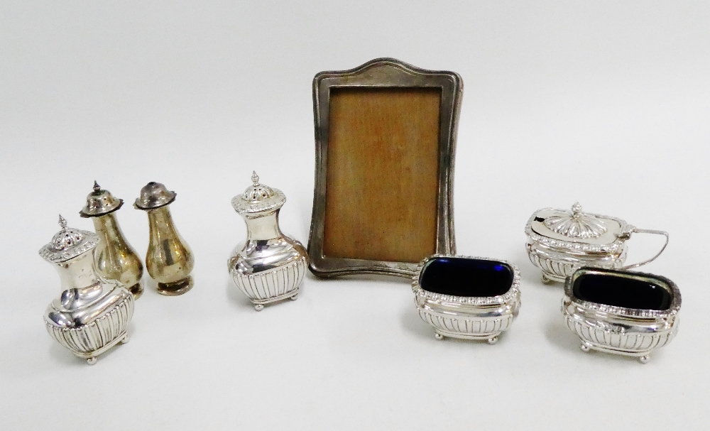 Lot 44 - A mixed lot to include a five piece Chester silver condiment set, two Birmingham silver pepper