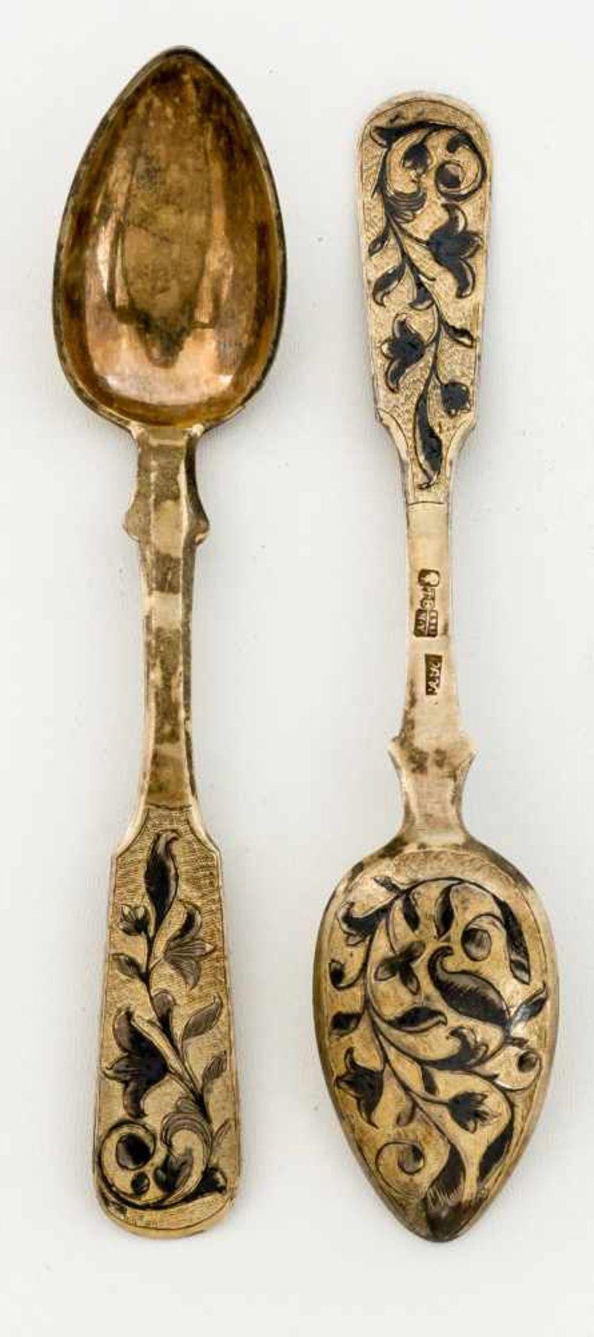Zwei Löffel mit Niellodekor Russland, Silber vergoldet (zus. 52g), Moskau 1842 Beschaumeister: