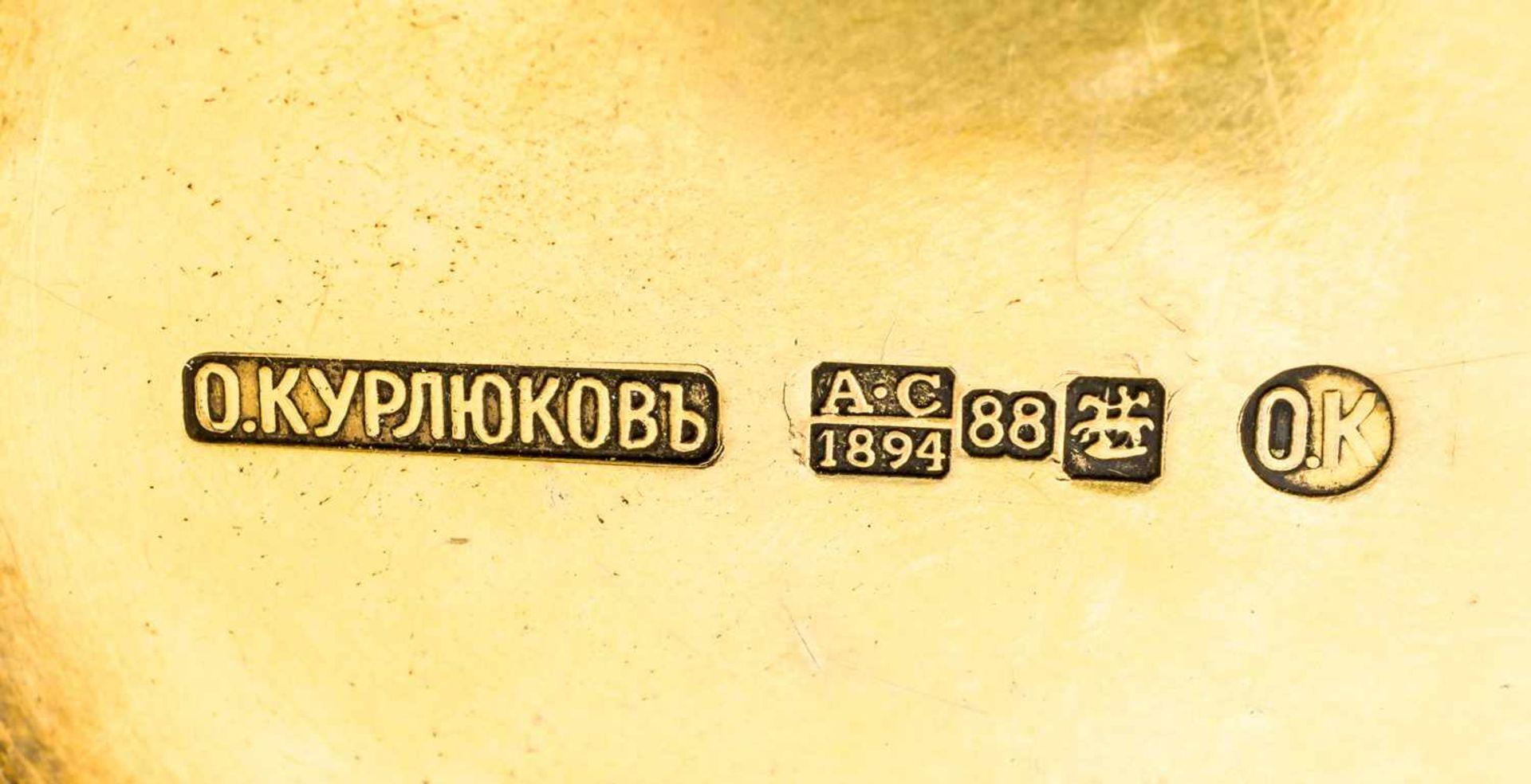 Kovsh in Form eines Hahns mit Porzellanminiatur am Boden Russland, Silber vergoldet mit Email ( - Bild 2 aus 4