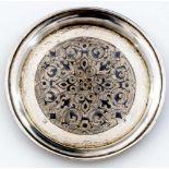 Teller mit Niellodekor Russland, Silber (83g), Moskau 1861 Beschaumeister: wohl I. Avdyeyev
