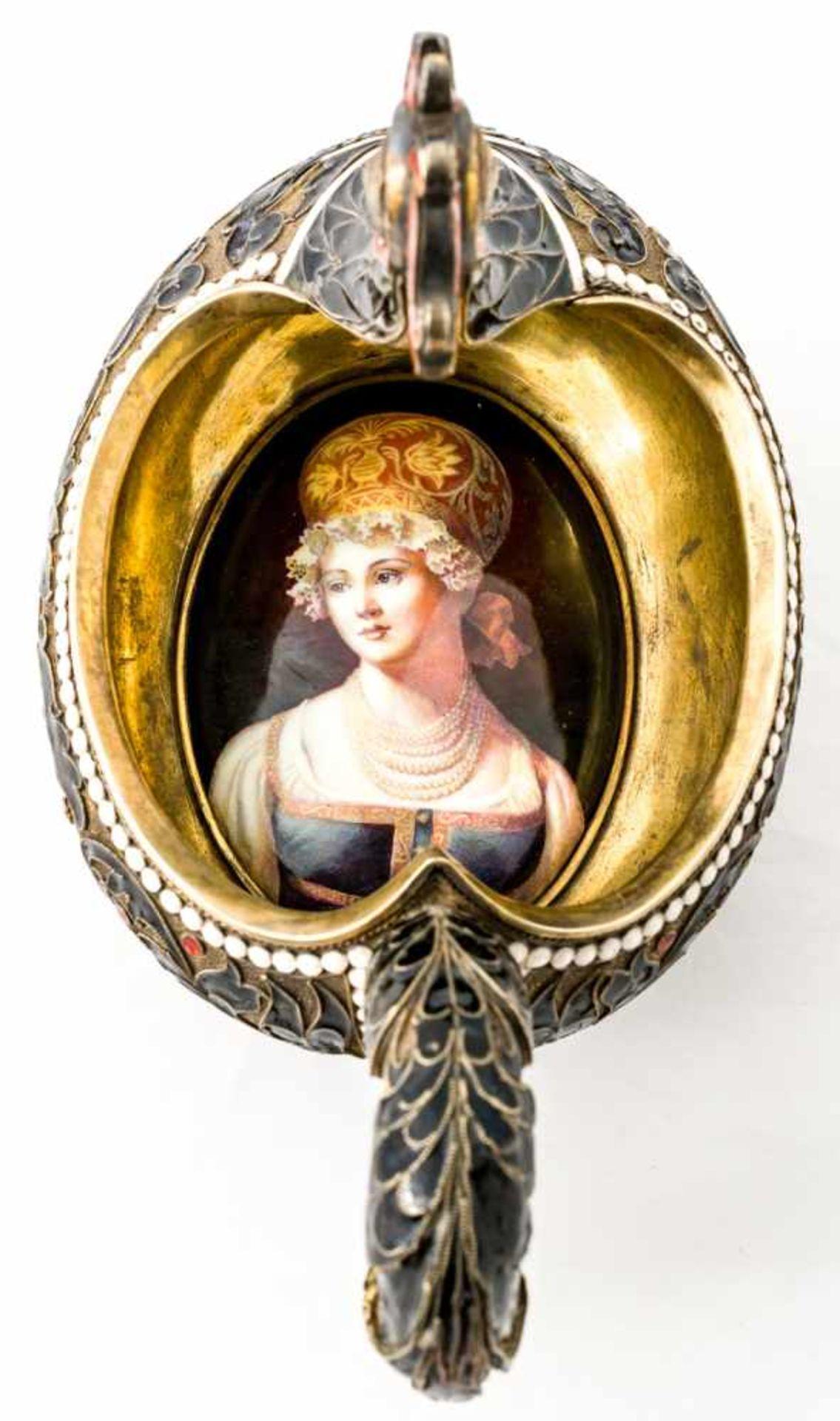Kovsh in Form eines Hahns mit Porzellanminiatur am Boden Russland, Silber vergoldet mit Email ( - Bild 3 aus 4