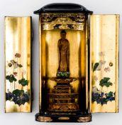 Buddafigur im Zushi-Schrein Sandelholz (?), Holzschnitzerei, vergoldet, bemalt , Japan, wohl um 1900
