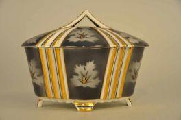 Ovale Deckeldose, Art Deco. Fraureuth, signiert & bezeichnet. Maße ca. 20 x 14 x 15 cm.