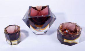 Sommerso-SetMurano, um 1960, 3-tlg., vieleckige Korpi, Glas, gelb u. weinrot hinterfangen, H: 6,