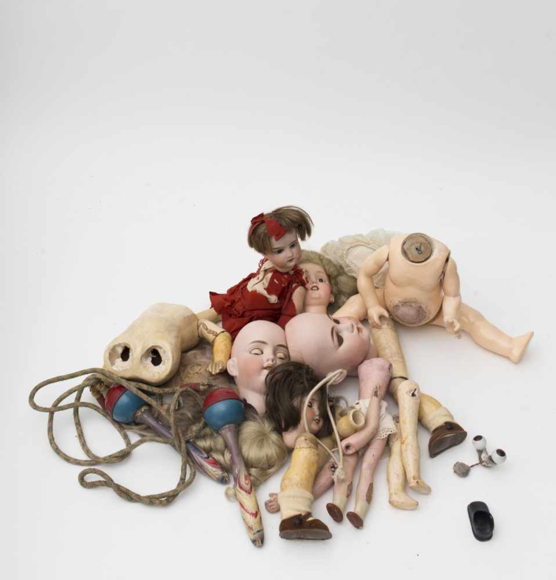 Diverse set Comprised of German and French biscuit heads – body parts – mohair wig – jump rope.