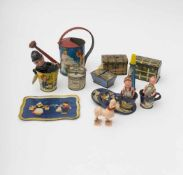Set of various doll accessories Lithographed metal, includes a watering can – small trunks – piggy