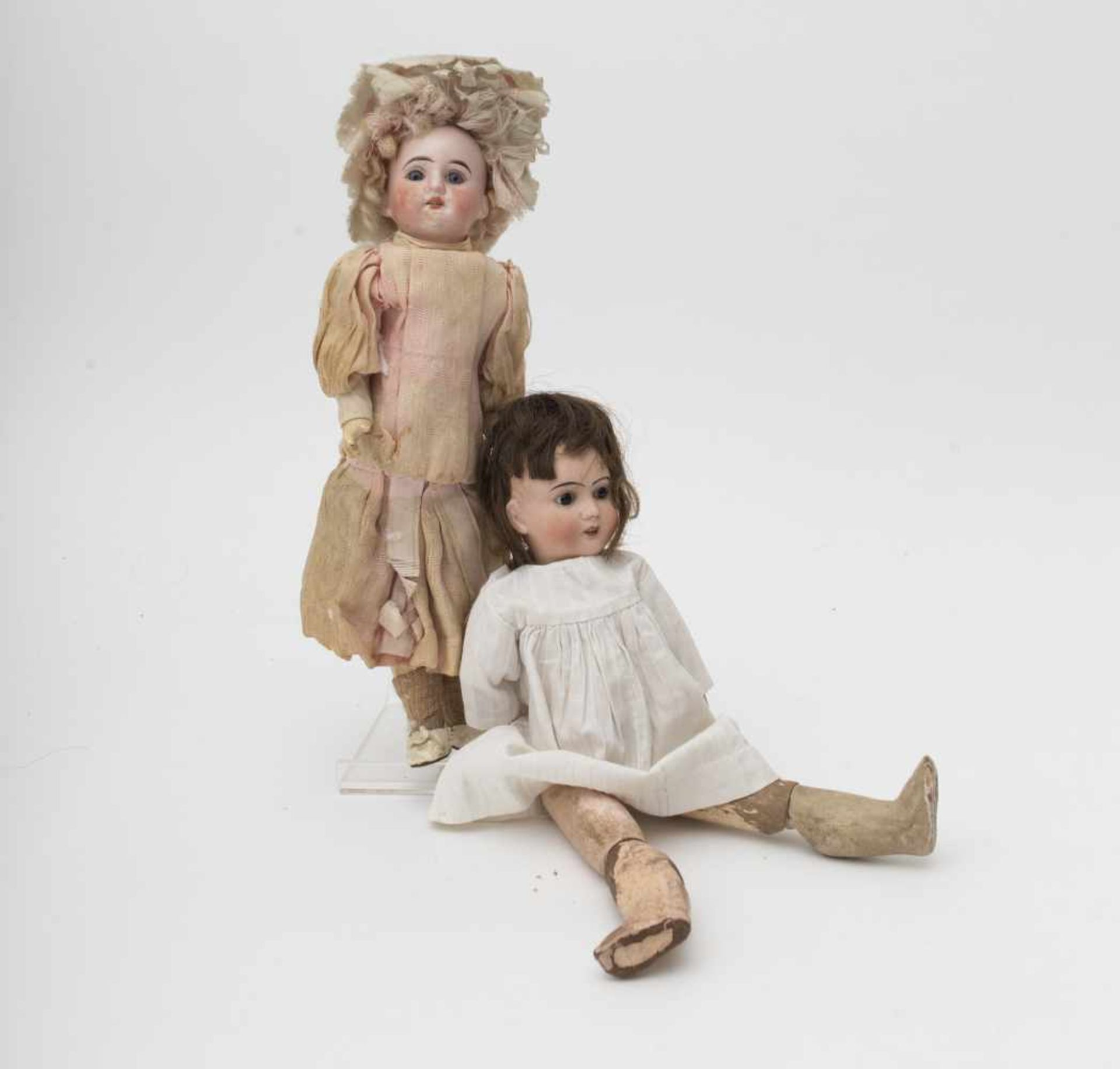 Two dolls One Jules VERLINGUE, body in poor condition –FLEISCHMANN 8/0 doll, with antique clothes.