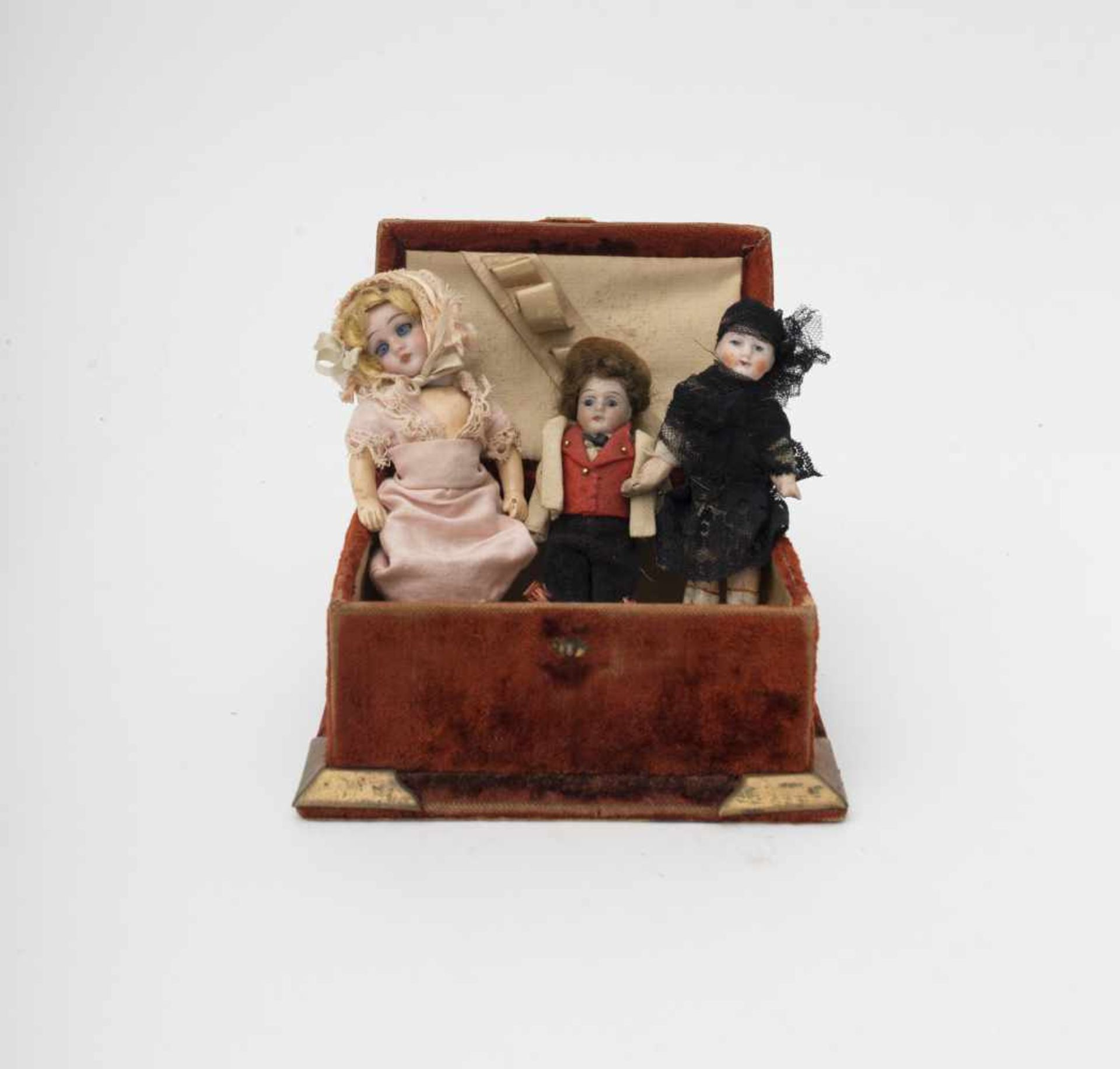 Small case Comprising 4 mignonettes, with biscuit and composition head and body, folkloric outfit.