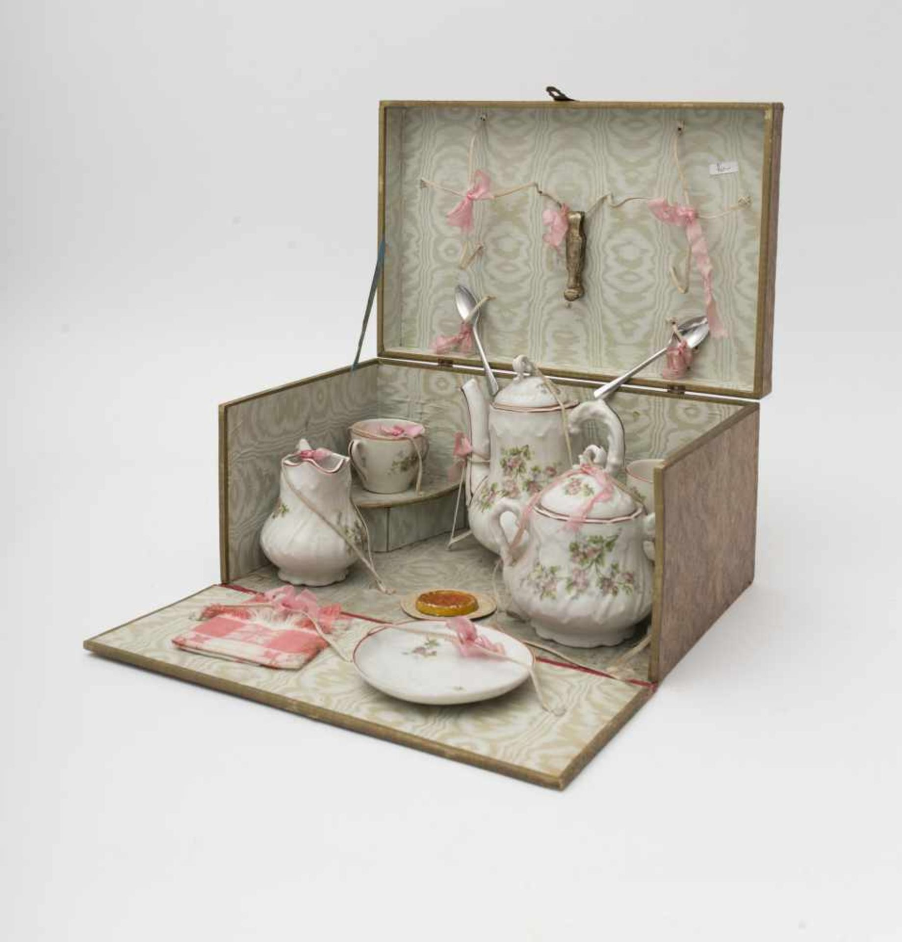 Child's tea set With teapot – creamer – sugar bowl.