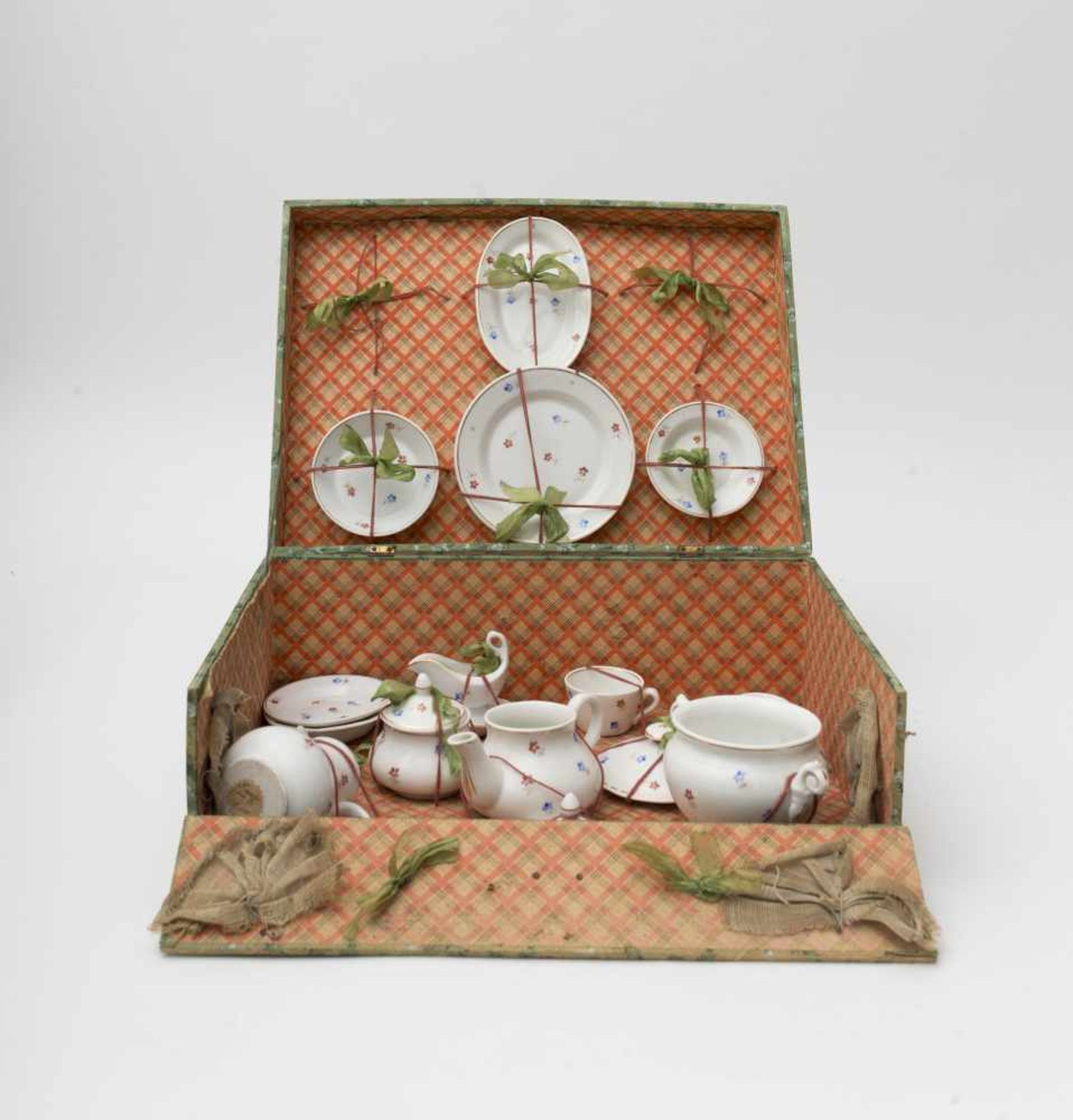Dinner case Of fine enamelled porcelain with soup dishes and plates – soup tureen – platter – coffee