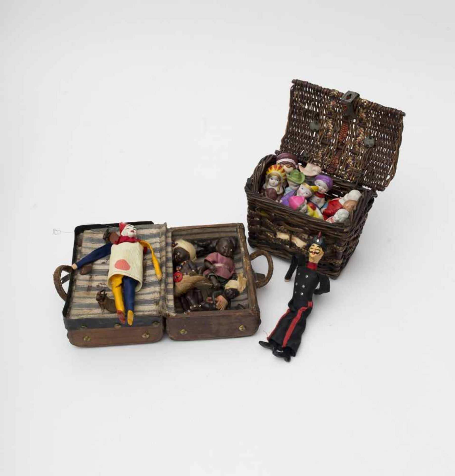 Wicker basket Containing decorative biscuit and cartoon figures (12 pieces.), and a small travel - Bild 2 aus 2