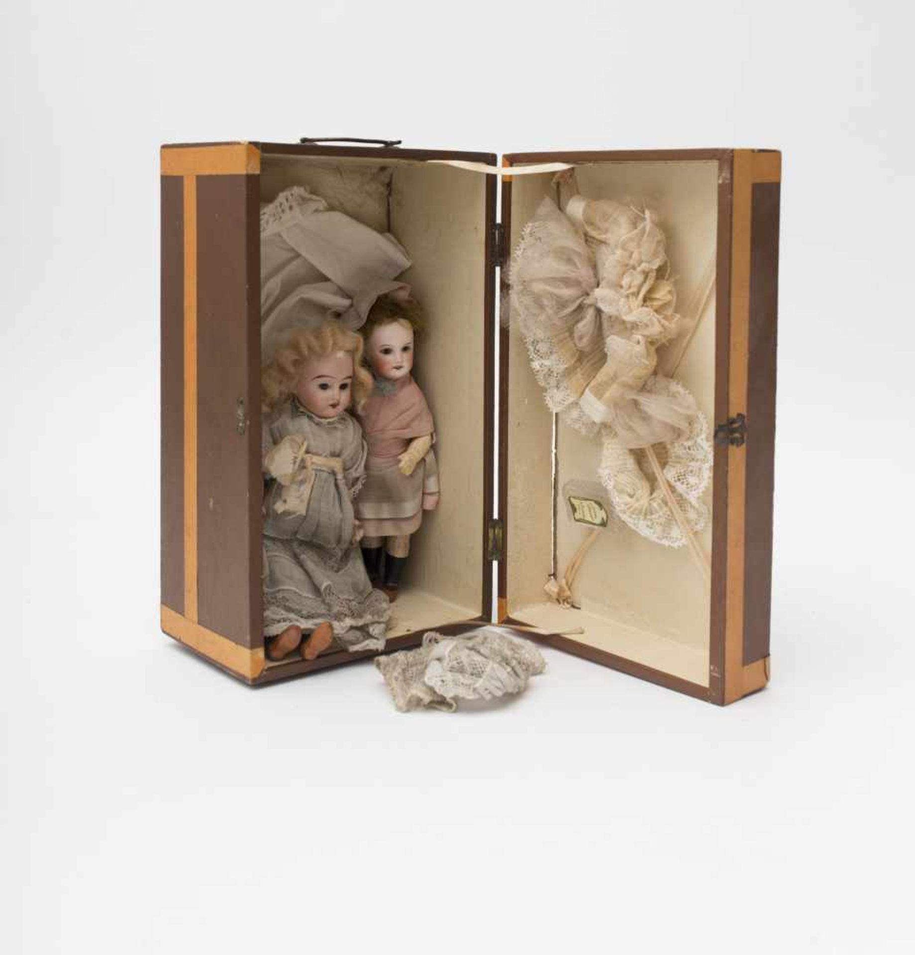 Small travel case With 2 dolls, biscuit head and composition body, H=16 and 19cm.