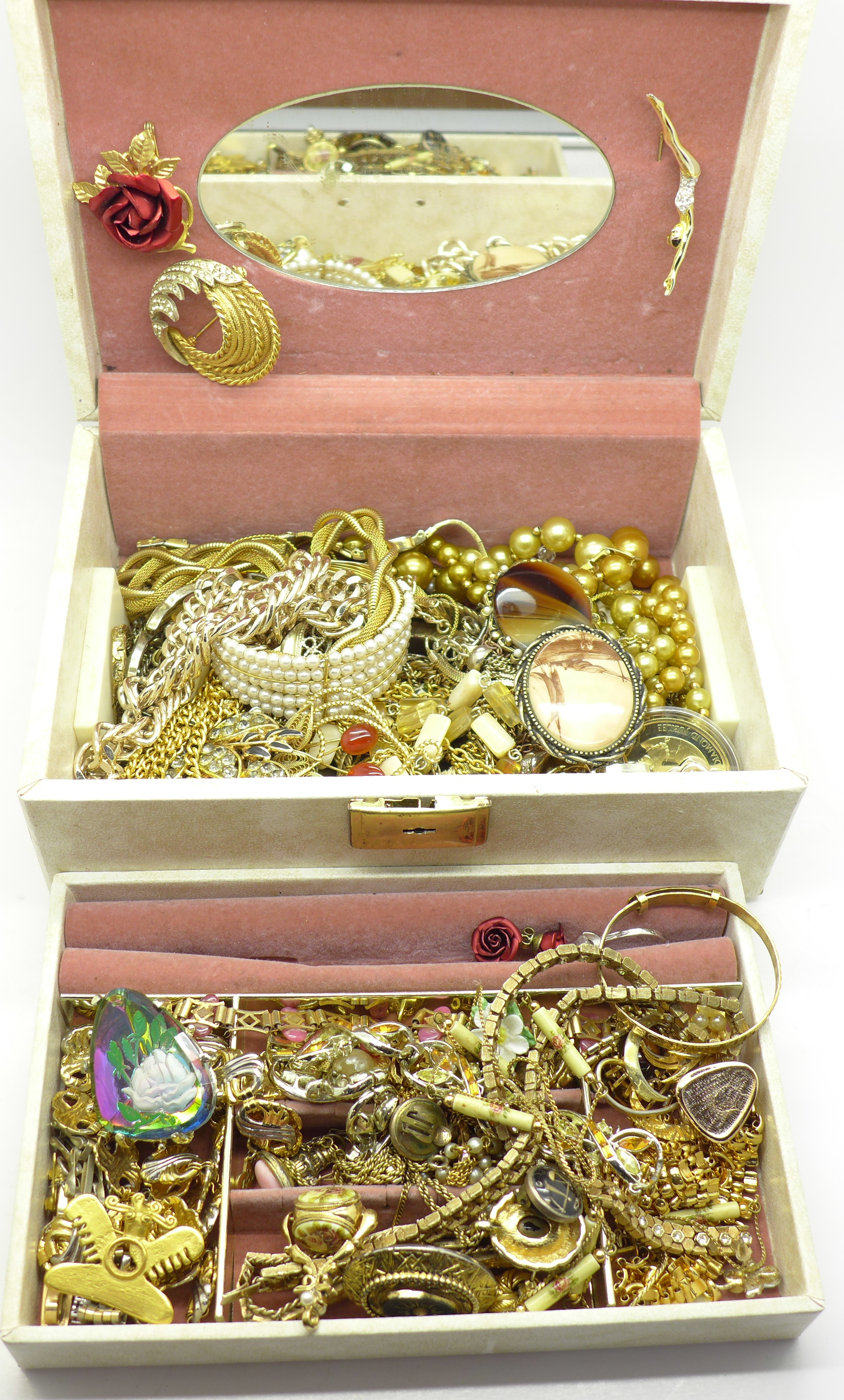 Lot 628 - A jewellery box of costume jewellery, total weight 2.