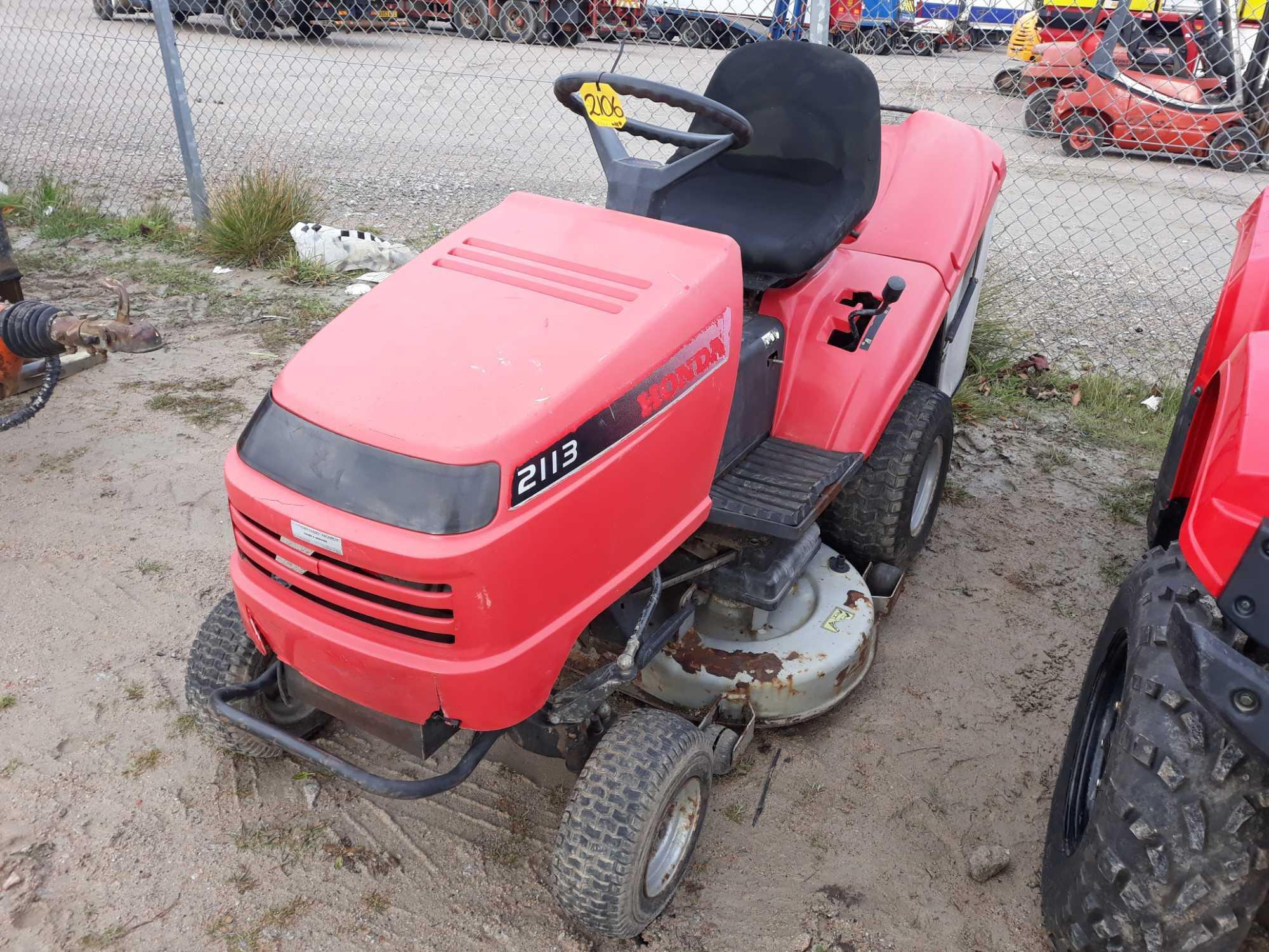 Lot 2106 - HONDA RIDE ON LAWNMOWER KEY IN PC