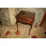 Tavolino da gioco in mogano inglese, intarsiato con gambe arcuate chiusura a spicchi, cm. 60xh75