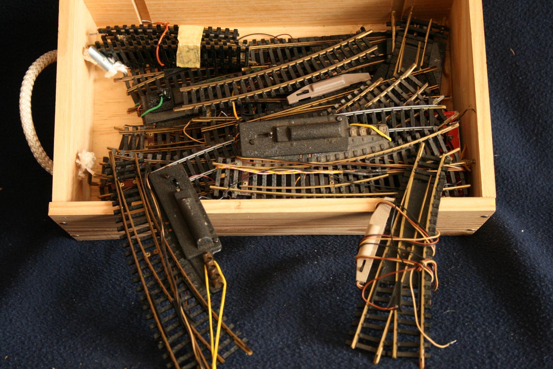 Los 18 - Une boîte d'aiguillages et de rails - - A box of turnouts and rails - - Eine Kiste [...]