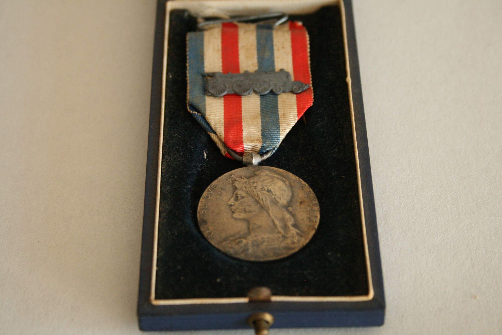 Los 1 - Médaille de bronze du travail pour les Chemins de fer attribuée en 1935, locomotive [...]
