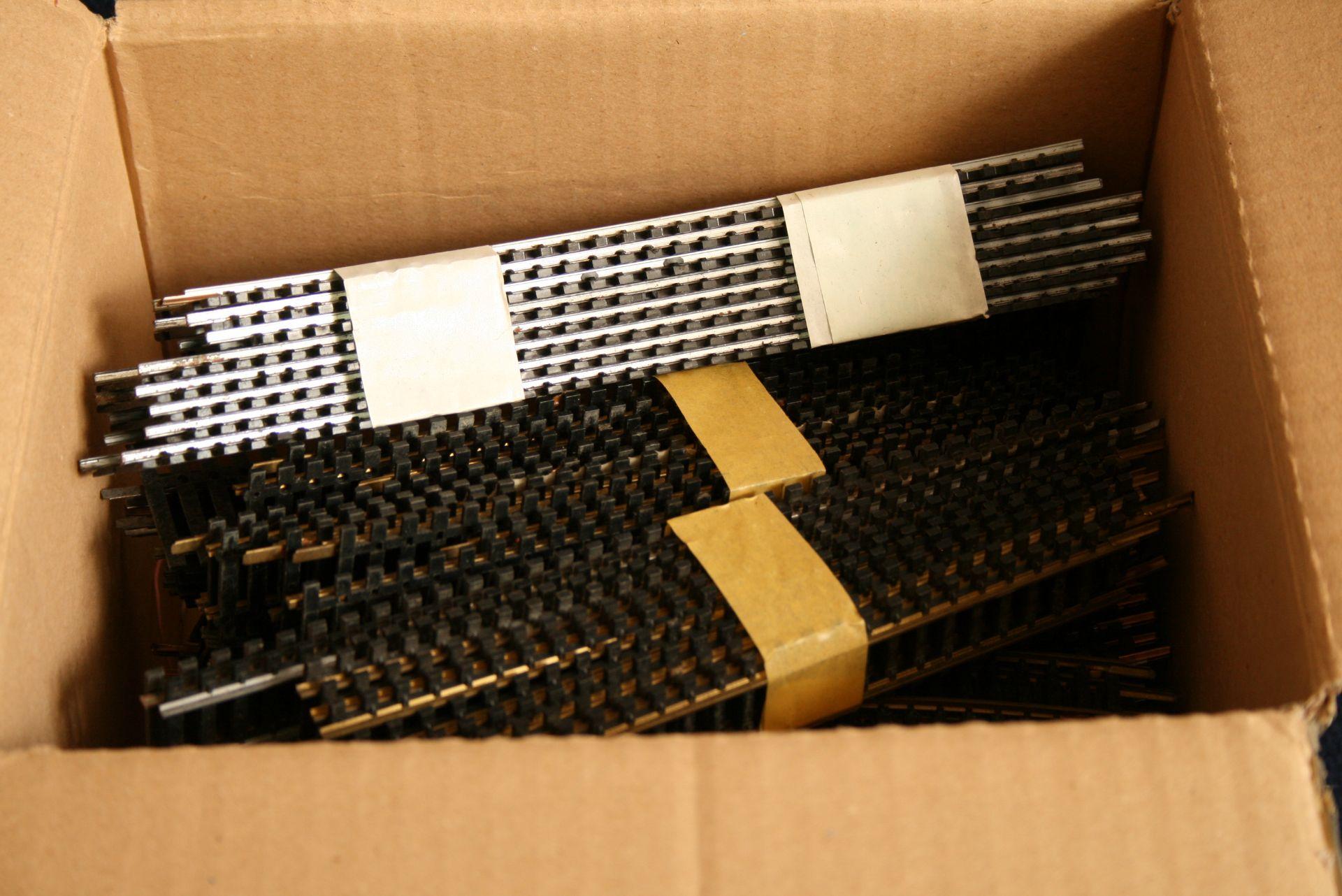 Los 22 - Fleischmann : un carton (ca 150 unités) de rails droits et courbés de différentes [...]
