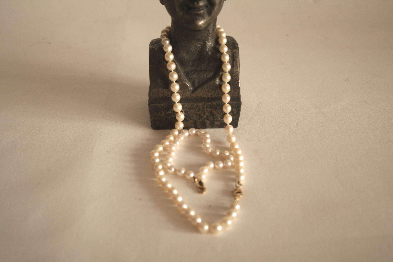 Lot 2 - Collier et bracelet de perles de culture (7 mm & 6 mm), monture en or 750/18 ct - [...]
