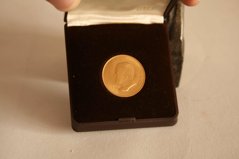 Lot 11 - Pièce en or 750/18ct à l'occasion de la visite du pape en 1985 au Luxembourg, [...]