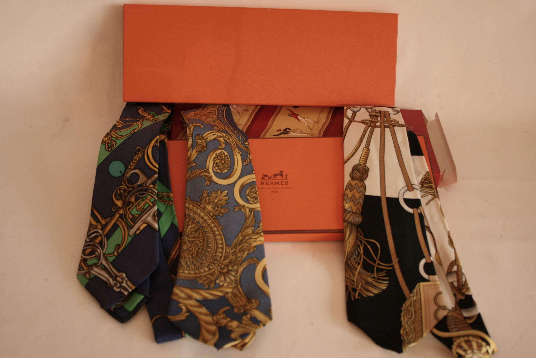 Lot 26 - Ensemble de 3 cravates HERMES Paris, en soie, Années 80, boîte d'origine et étui - [...]