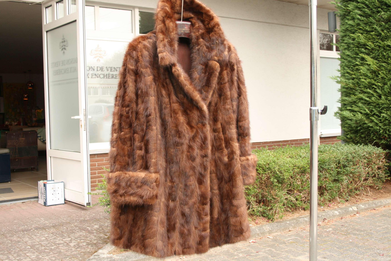 """Lot 49 - Manteau en fourrure véritable: Vison, """"G. Van Campenhout à Esch-sur-Alzette"""" - [...]"""