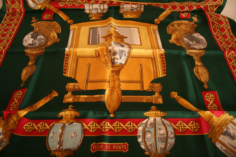 """Lot 34 - Carré en soie HERMES, vert et jaune """"Feux de route"""" - HERMES silk scarf, green and [...]"""