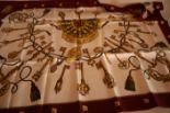 Lot 38 - Carré en soie HERMES, bordure pourpre et motifs de clefs dorées - HERMES silk [...]