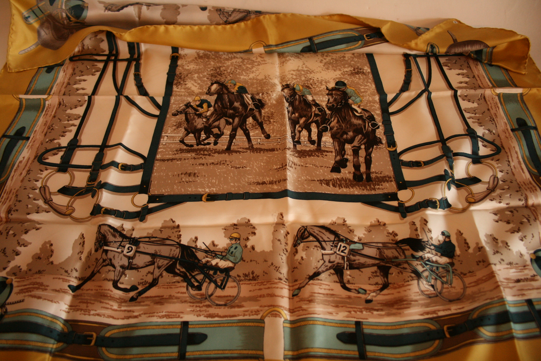 Lot 39 - Carré en soie BAYRON, bordure vert olive et motifs de courses de chevaux et de sulky [...]