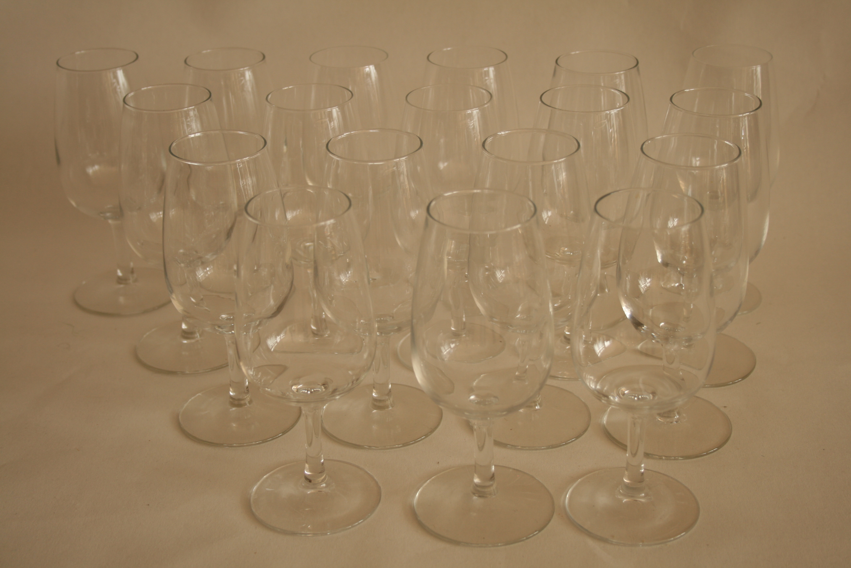 Lot 56 - Ensemble de 18 verres à Bourgogne (15,5 cm) - Set of 18 glasses in Burgundy (15,5 [...]
