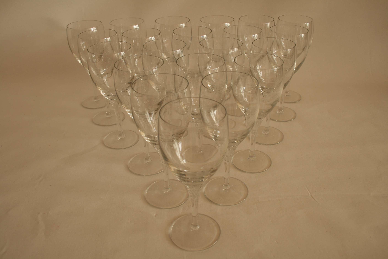 Lot 60 - Ensemble de 22 verres à vin en cristal (19 cm) - Set of 22 crystal wine glasses (19 [...]