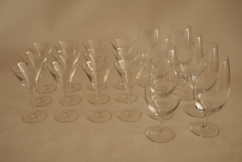 Lot 58 - Ensemble de 12 verres à liqueur (14 cm) et 8 verres à vin rouge (17,5 cm) en [...]