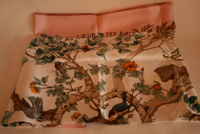 """Lot 40 - Carré en soie HERMES, bordure saumon """"Au coeur des Bois"""" - HERMES silk scarf, salmon [...]"""