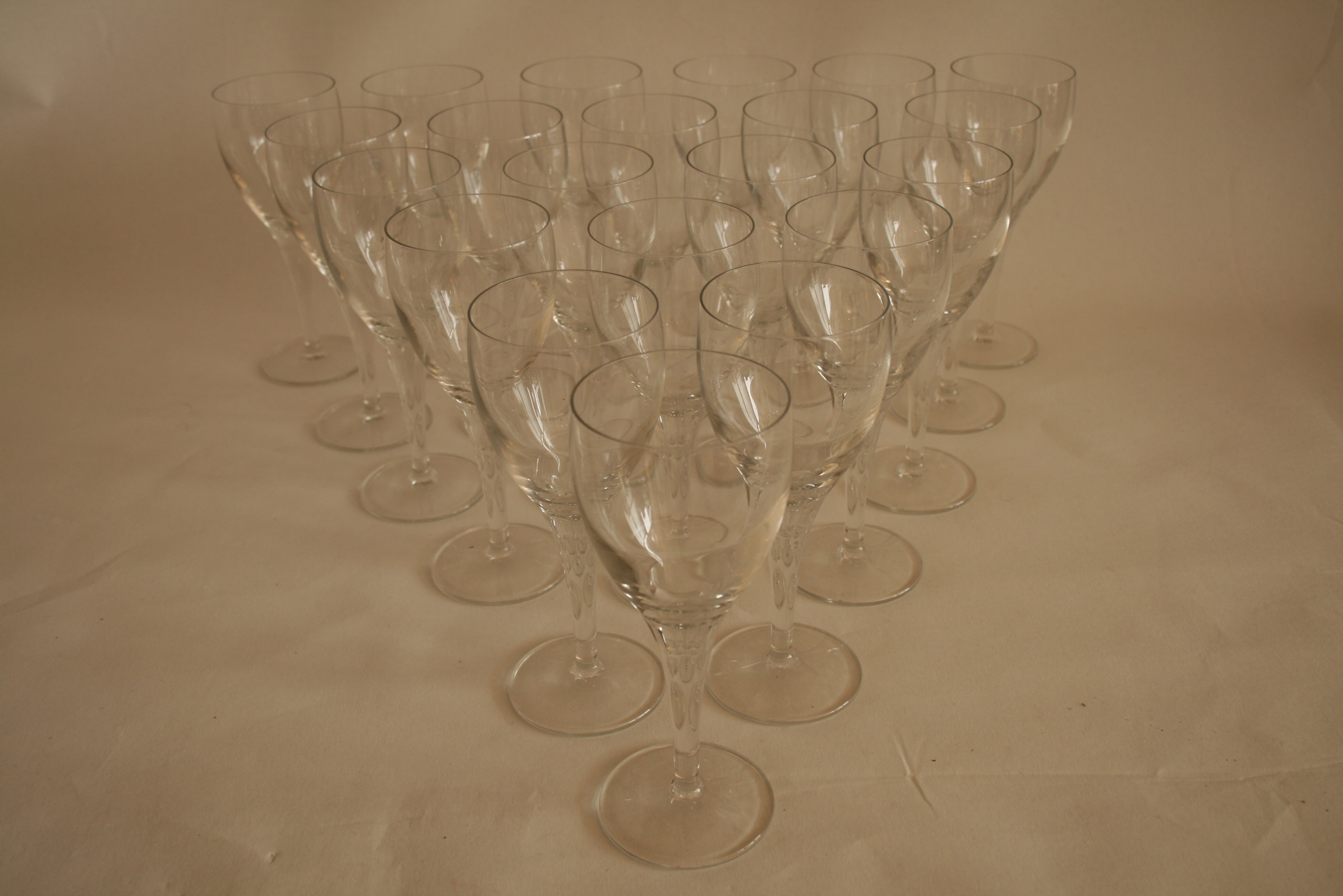 Lot 54 - Ensemble de 24 verres à vin en cristal (17,5 cm) - Set of 24 crystal wine glasses [...]