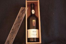Dans une boîte en bois : 1 bouteille de Porto CRUZ millésimé 1989, Vintage port - [...]
