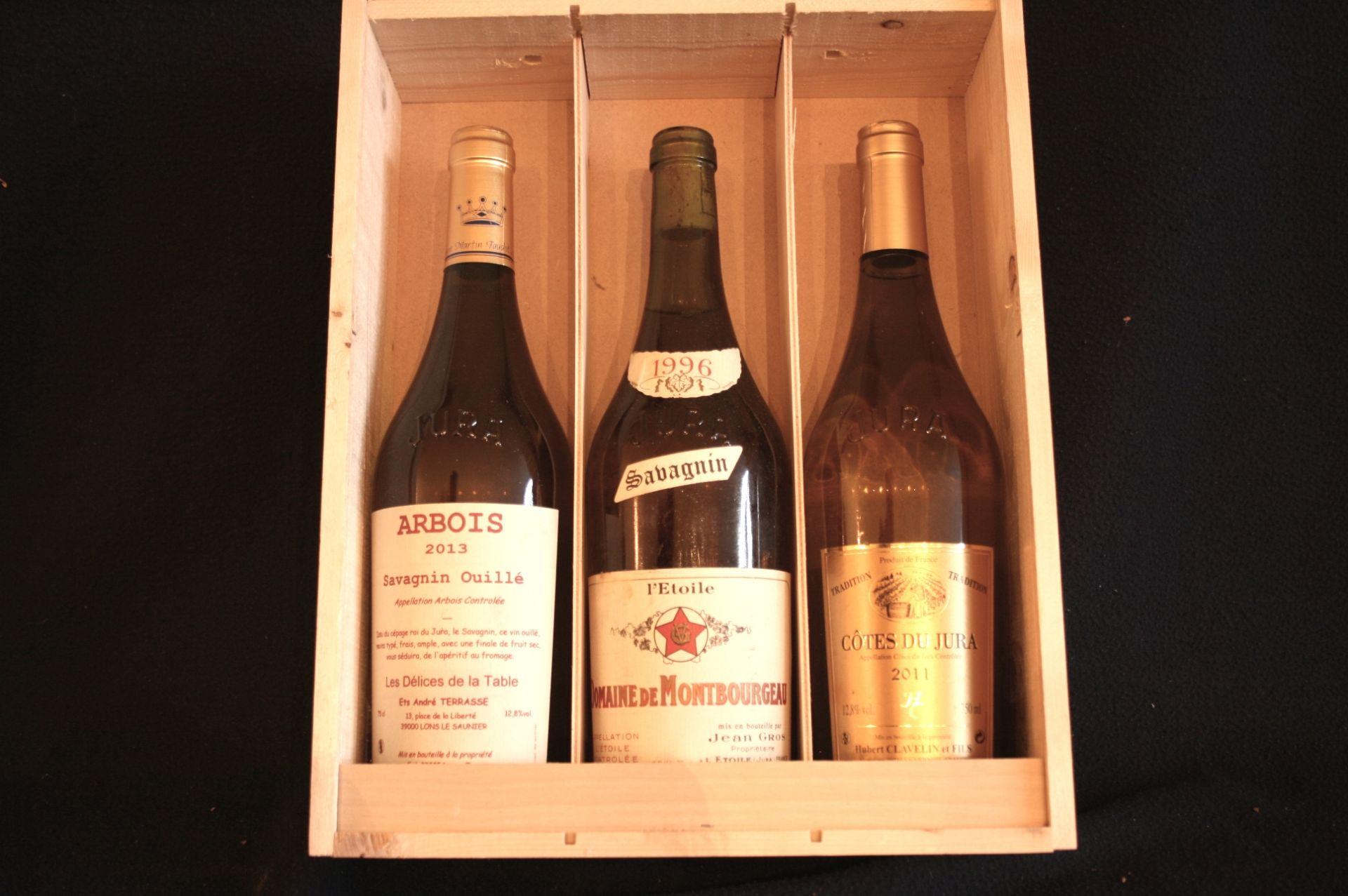 Los 27 - Dans une boîte en bois, 3 bouteilles du Jura : Vin d'ARBOIS, Savagnin Ouillé, Les [...]