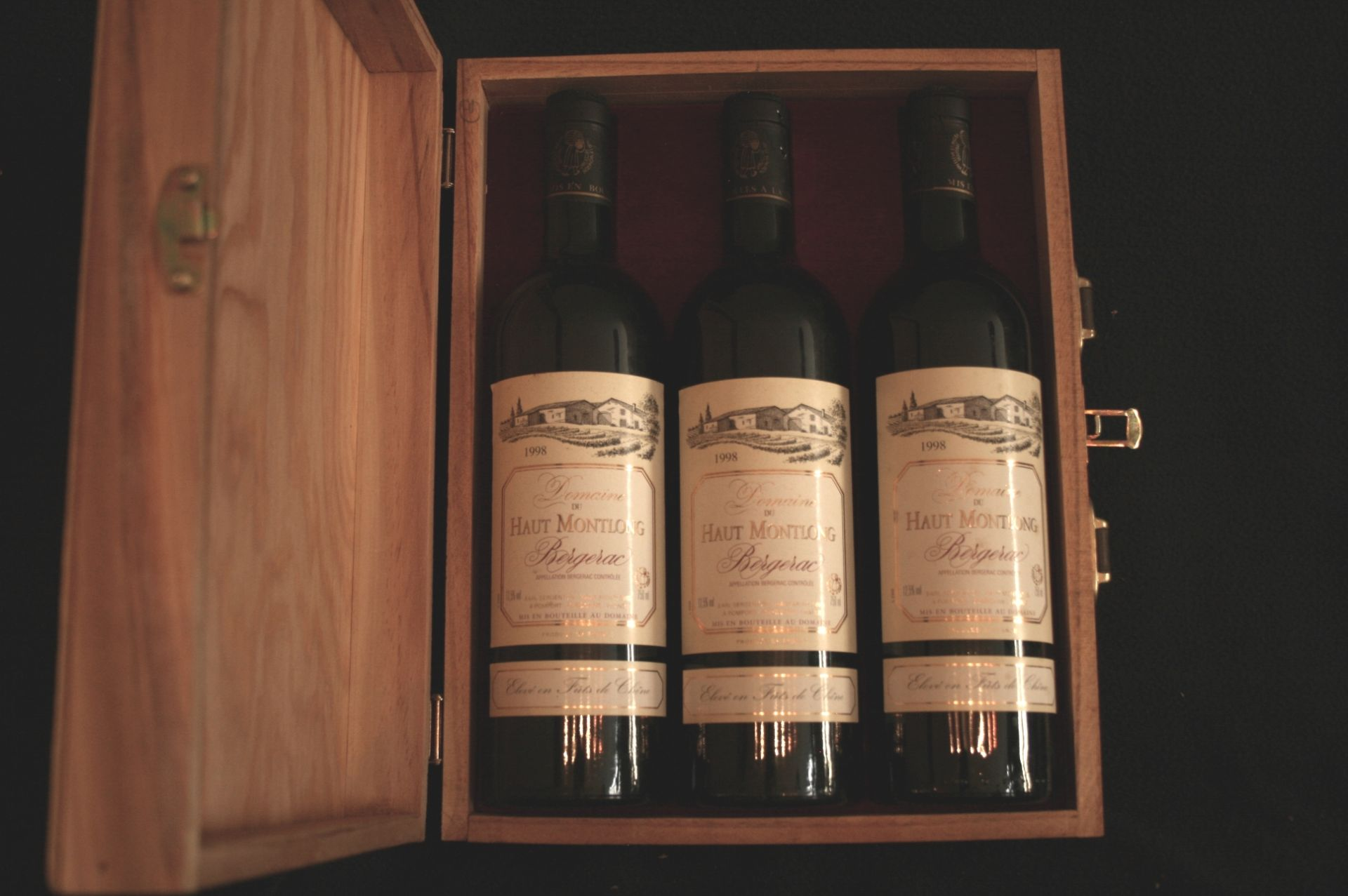 Los 39 - Coffret en bois contenant 3 bouteilles de BERGERAC, Domaine du Haut Montlong, rouge, [...]