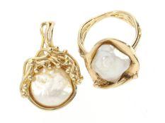 Ring/Anhänger: geschmackvoller und dekorativer Barockperlen-Goldschmiedering mit passendem