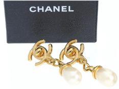 Ohrschmuck: dekorative Ohrclips von Chanel, mit Originalbox Ca. 51 × 19mm, ca. 19,2g, vergoldet,