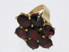Ring: Vintage Damenring mit dunkelrotem Granat, sehr massive Handarbeit, vermutlich um 1960 Ca.