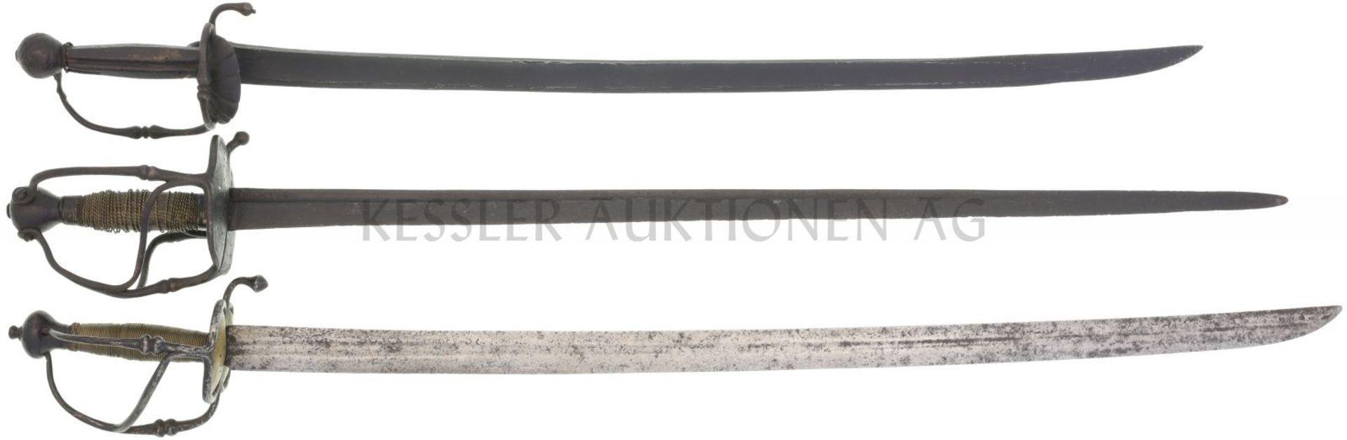 Konvolut von 3 Säbeln 18.Jh. 1. Säbel deutsch, Ende 17.Jh., TL 850mm, KL 705, Rückenklinge mit