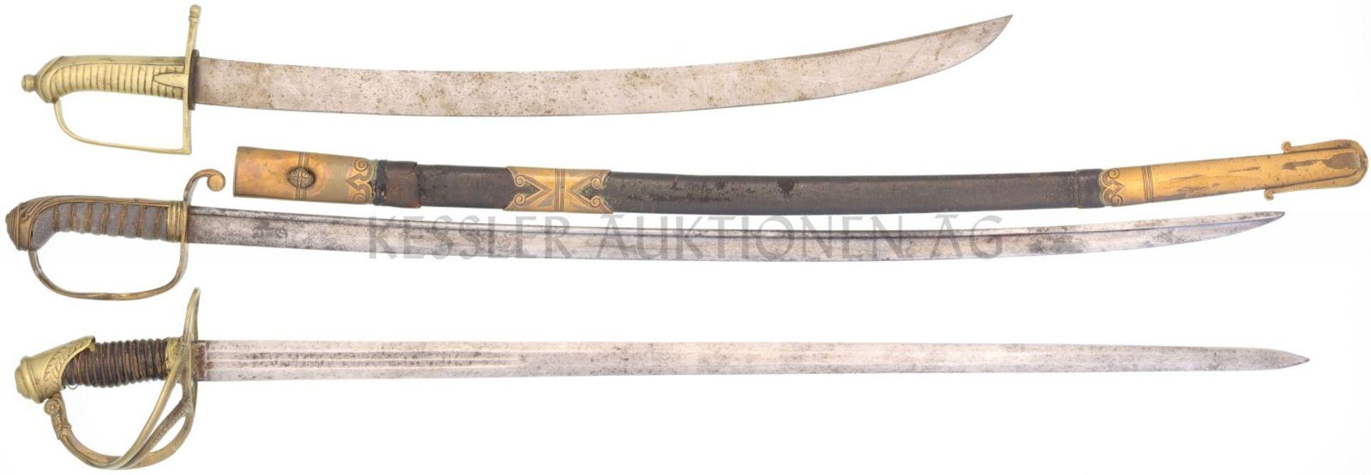 Konvolut von 3 Säbeln 1. England 1830 Marineoffizier, KL 820mm, TL 960mm, Stechrückenklinge