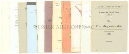 Konvolut von 11 div. Reglementen der Schweizer Armee 1. Die Pferdegasmaske, prov. Ausgabe 1944. 2.