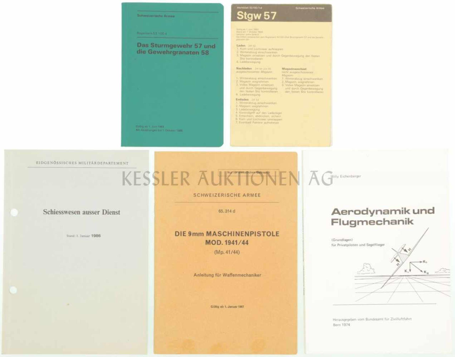 """Konvolut von 4 Reglementen 1. Reglement """"Das Sturmgewehr 57 und die Gewehrgranate 58, gültig ab 1."""