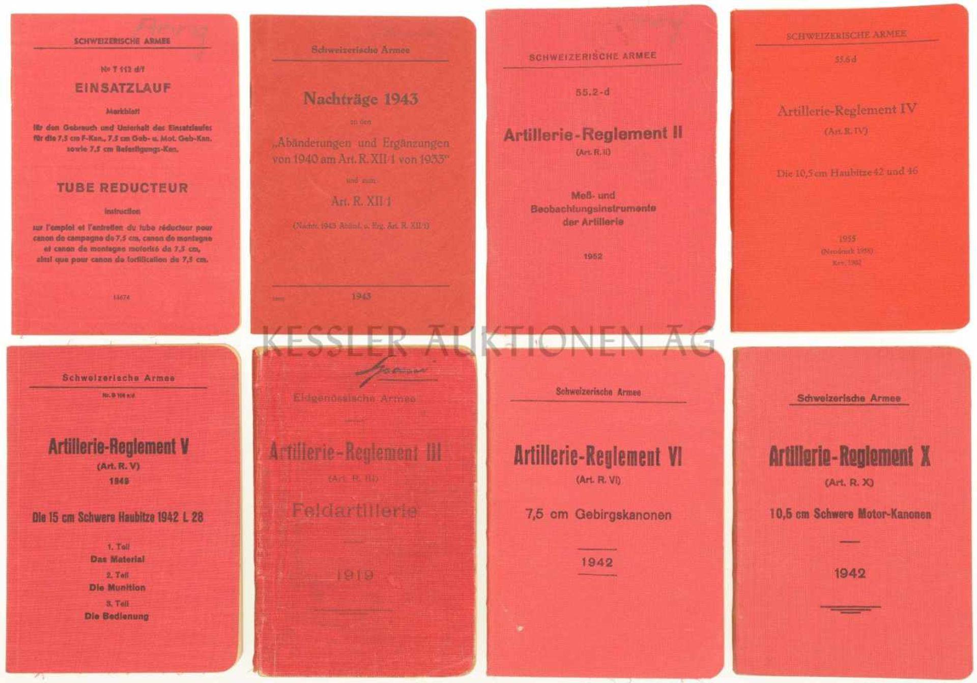Konvolut von 8 Artillerie-Reglementen 1. Artillerie-Reglement X, von 1942. 2. Artillerie-Reglement