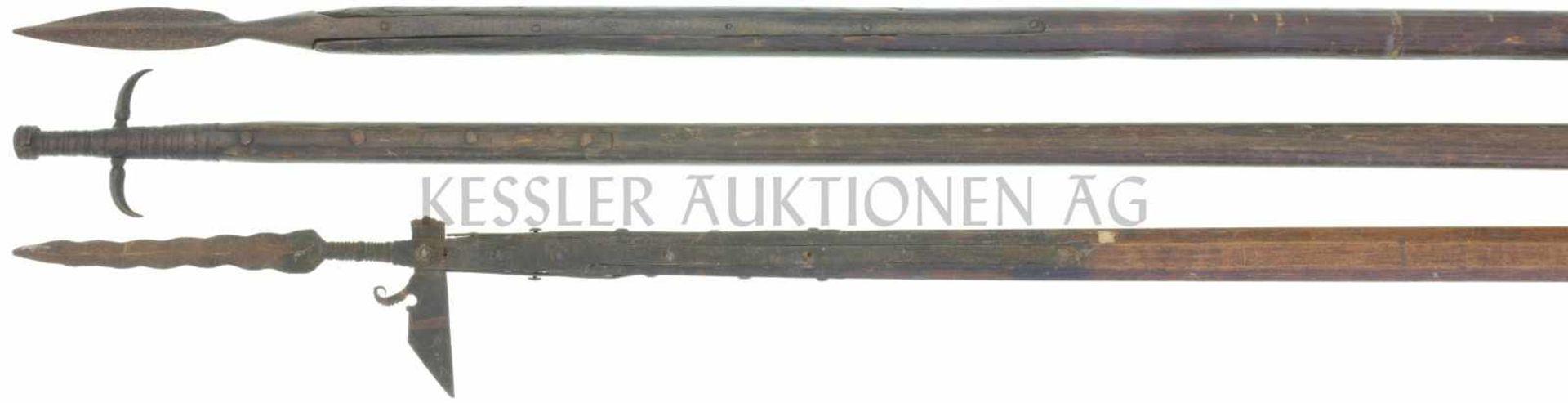 Konvolut 3 Stangenwaffen defekt 1. Langspiess, 17. Jahrhundert, Schaft gekürzt, Schaftfeder