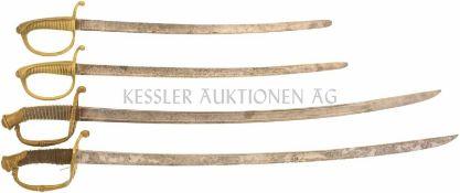 Konvolut von 4 defekten Säbeln ohne Scheide Restauratoren-/Bastlerkonvolut, Griffe lose und